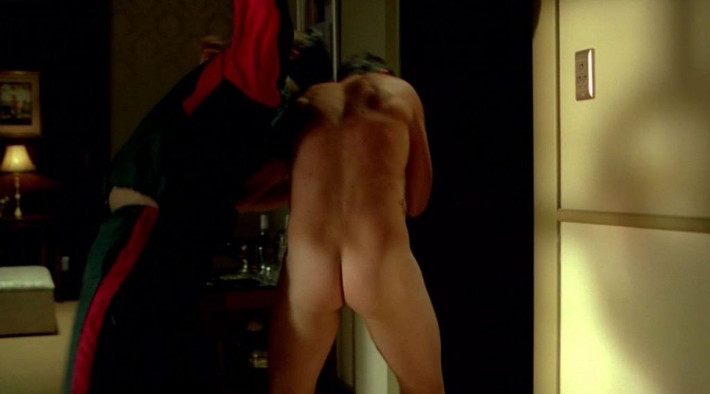 Sullivan Stapleton Shows His Butt